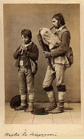 la foto di due zampognari